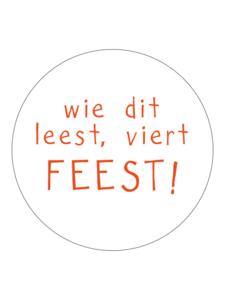 Sticker Wie dit leest viert feest! oranje