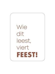Sticker Wie dit leest, viert feest! bruin (rechthoek)